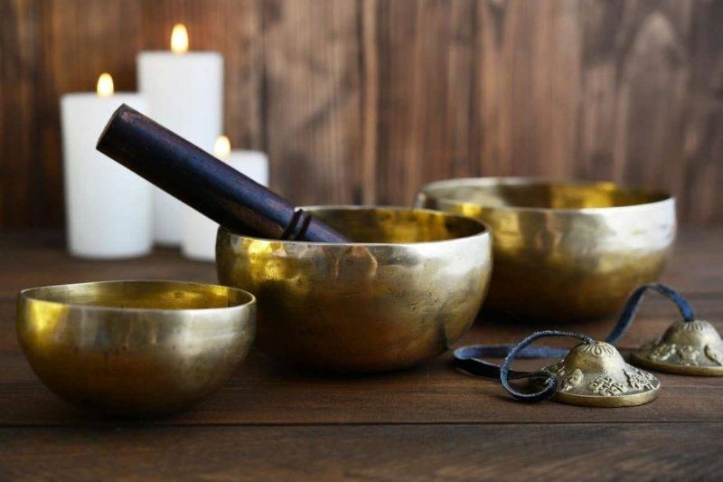 Bols chantants tibétains fabriqués à la main des bols avec des bâtons en bois sur fond