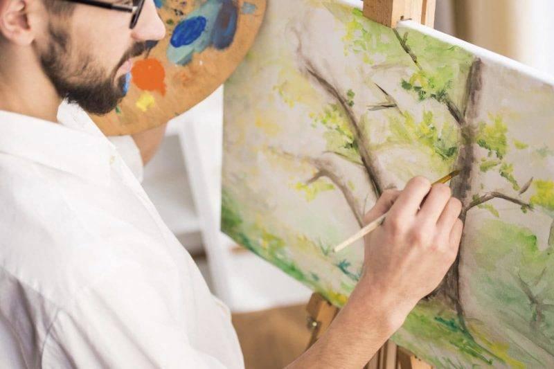 Peintre en train de peindre une toile pour trouver son Ikigai