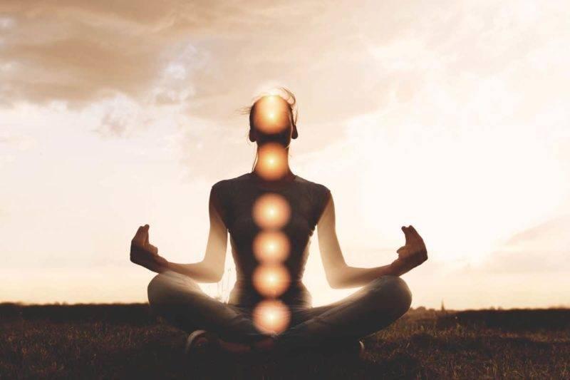 Homme qui médite représentant les 7 chakras