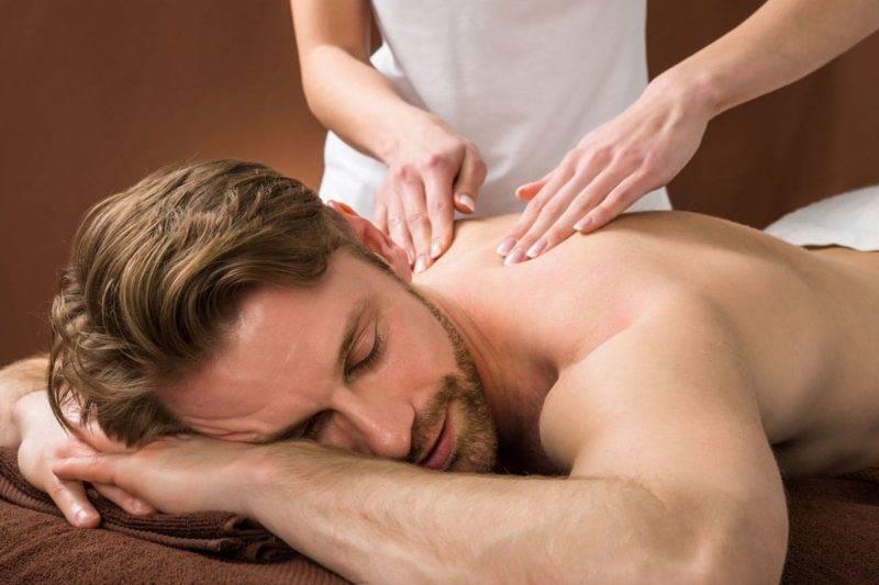 Portrait d'un jeune homme en scéance de massage shiatsu