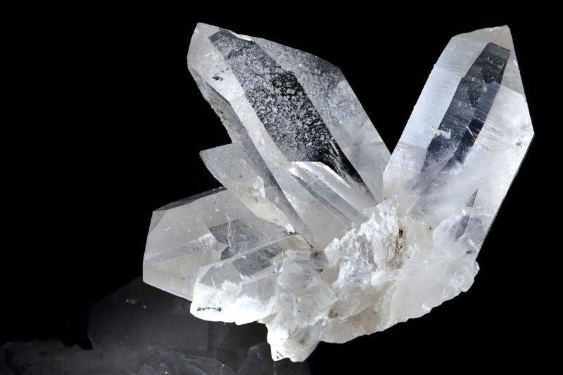 Cristal de roche blanc terminé par une réflexion sur le fond noir