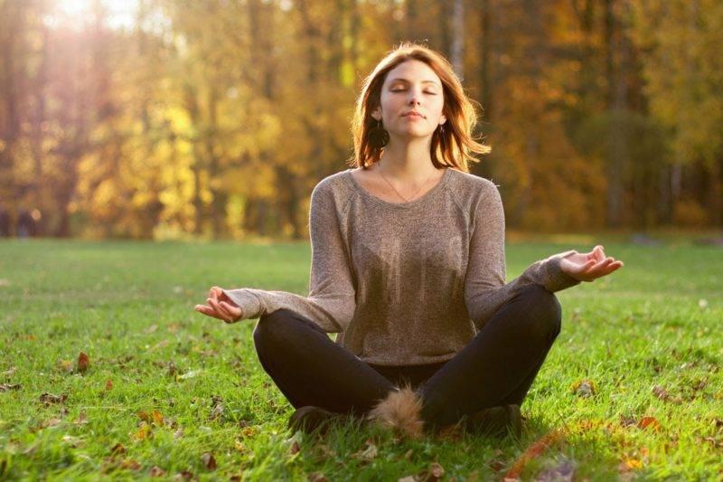Une femme médite un jour d'automne