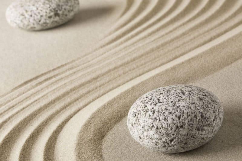 Les roches rondes représentent Ying et Jang dans un jardin de pierres zen.