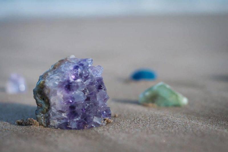Améthyste sur le sable