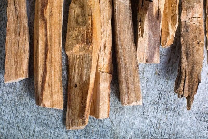 Bois de palo santo d'Equateur sur fond rustique