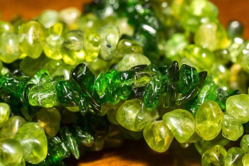 Diopside de chrome vert foncé et péridot vert olive en gros plan.