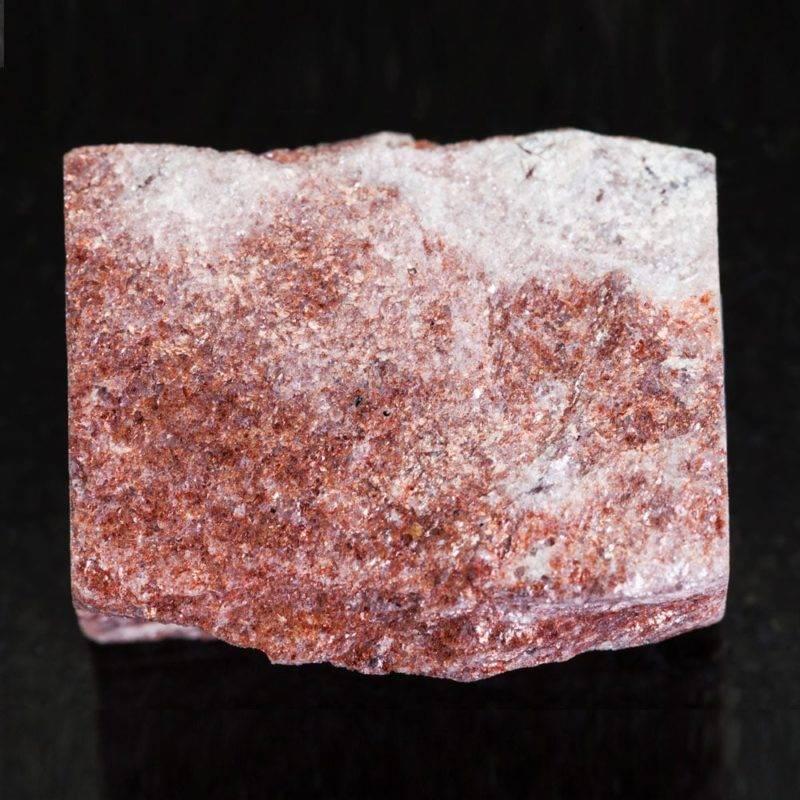 pierre d'aventurine rose sur fond noir