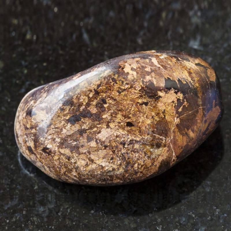 Pierre de bronzite sur fond foncé