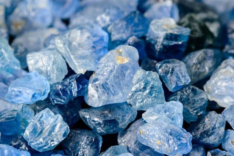 Ensemble de saphirs bleus non coupées, rugueuses.