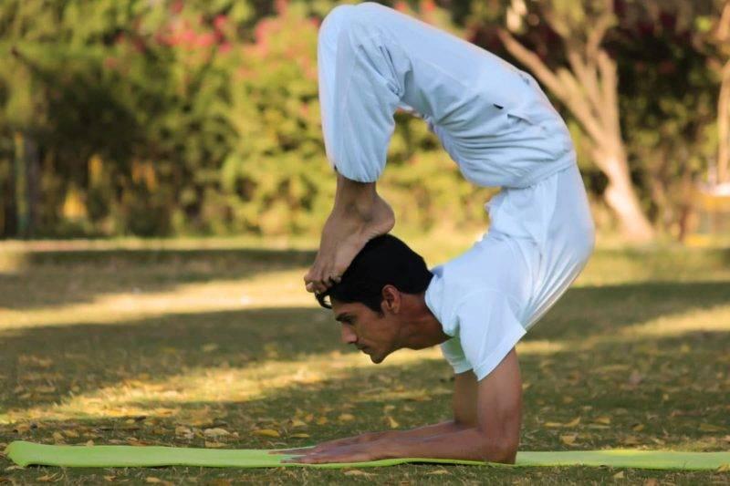 Homme indien pratiquant du Yoga en position du scorpion