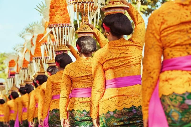 Défilé de belles femmes en costumes traditionnels balinais