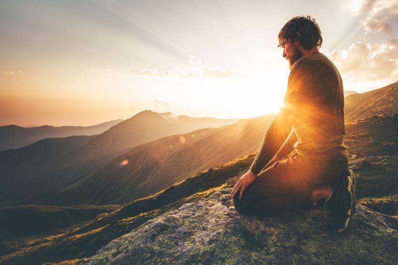Homme sur la montagne en éveil spirituel