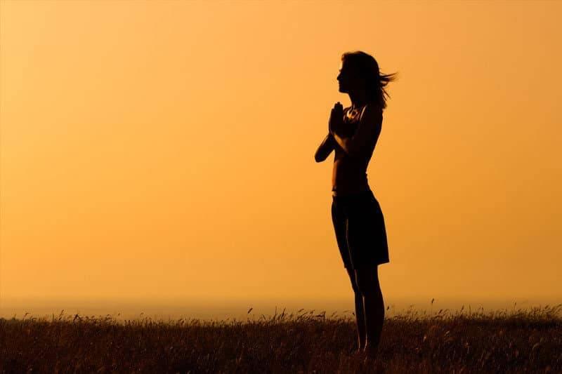Silhouette d'une femme méditant