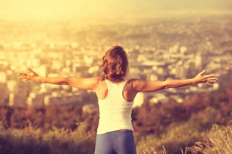 Femme qui ouvre ses bras en grand pleine de motivation