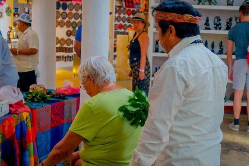 Vue intérieure d'un chaman indien utilisant des plantes pour soigner une vieille femme à l'intérieur d'un magasin au Mexique pour une scéance de spiritisme