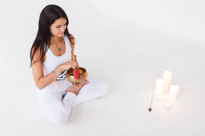 Femme pratiquant le spiritisme sur fond blanc