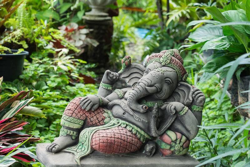 Statue de Ganesh assis dans le jardin