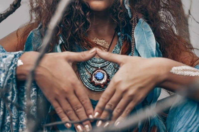 Femme chaman portant des bijoux faisant un geste avec ses mains