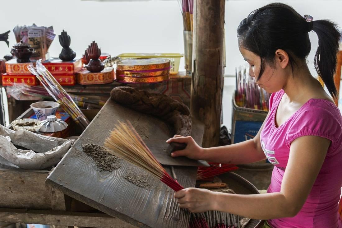 Femme asiatique qui fabrique de l'encens