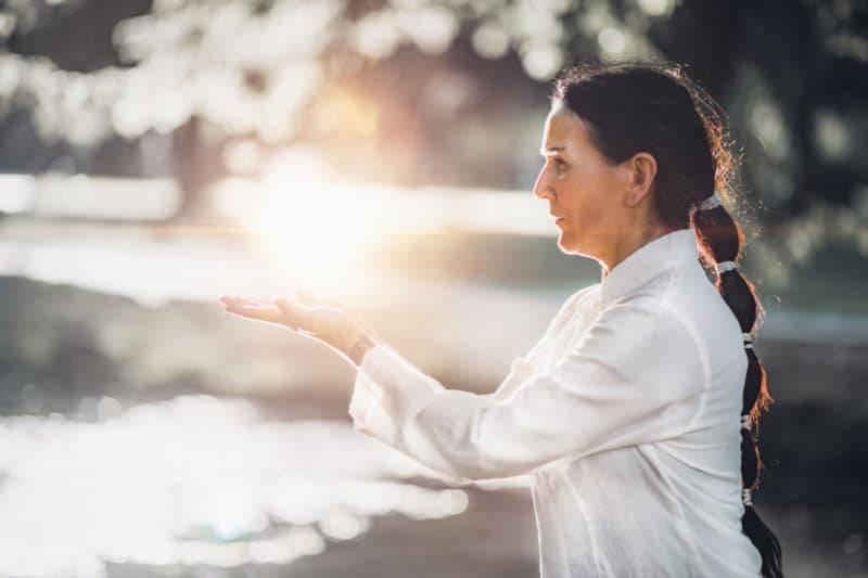 Femme pratiquant le tai-chi dans un parc