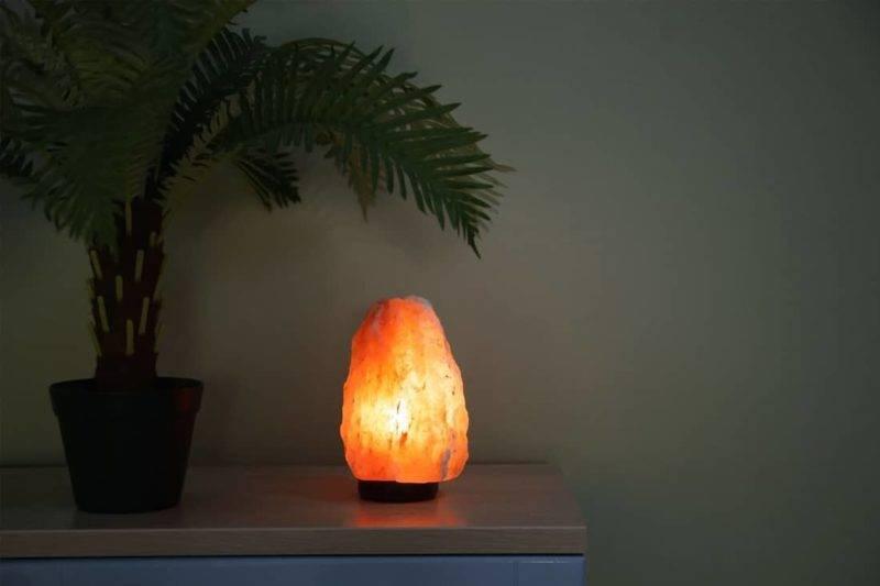 Lampe de sel de l'Himalaya posée sur une table en bois