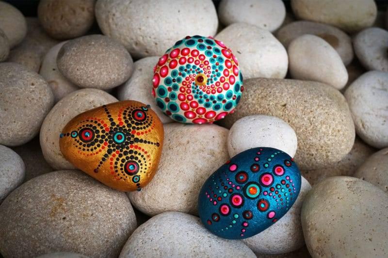 3 pierres recouvertes de mandalas