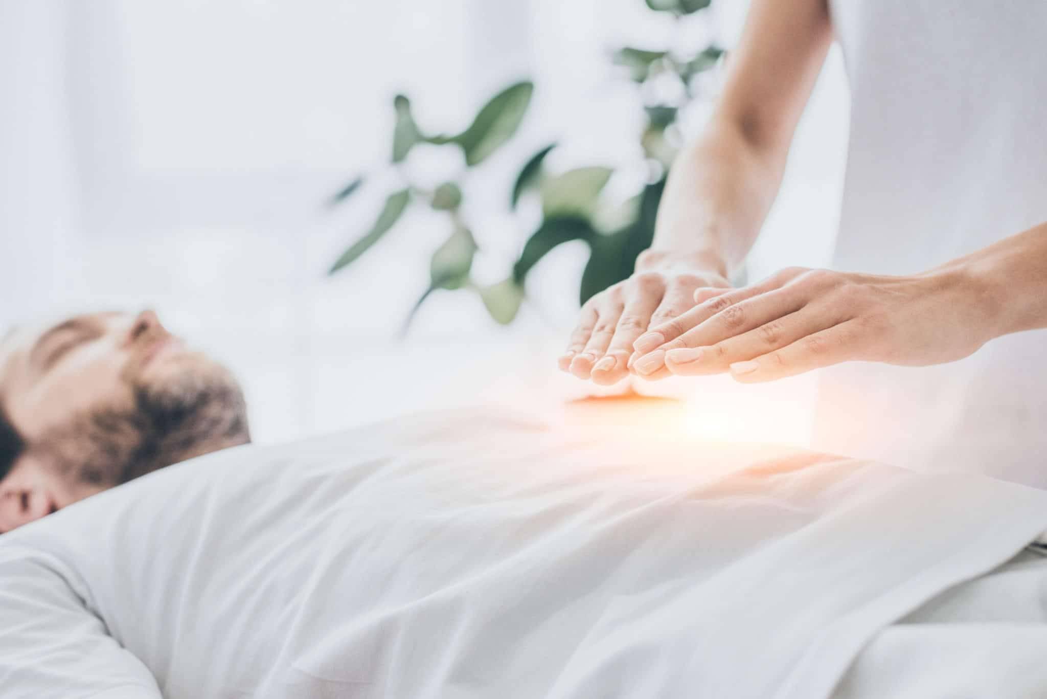 Un homme recevant un traitement de reiki sur le ventre