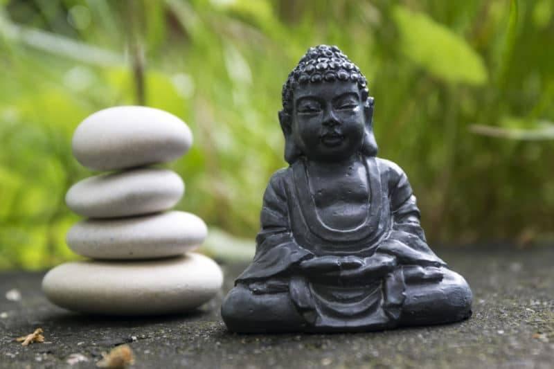 Statuette du Bouddha en Dhyâna Mudra à côté des galets