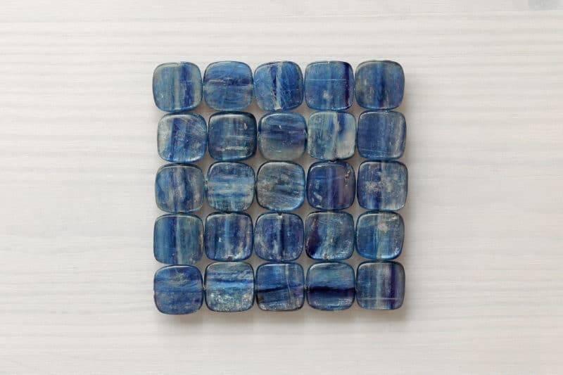 Pierres polies de cyanite en carré