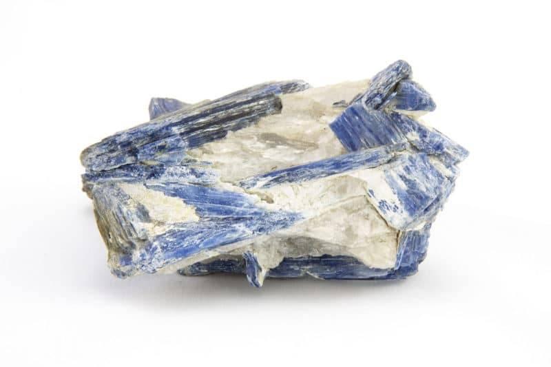 Bloc naturel de cyanite sur fond blanc