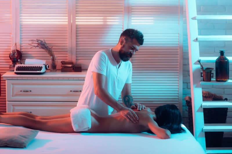 Homme pratiquant un massage tantrique