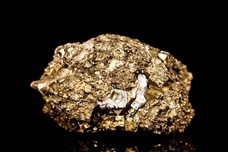 Bloc naturel de pyrite sur fond noir