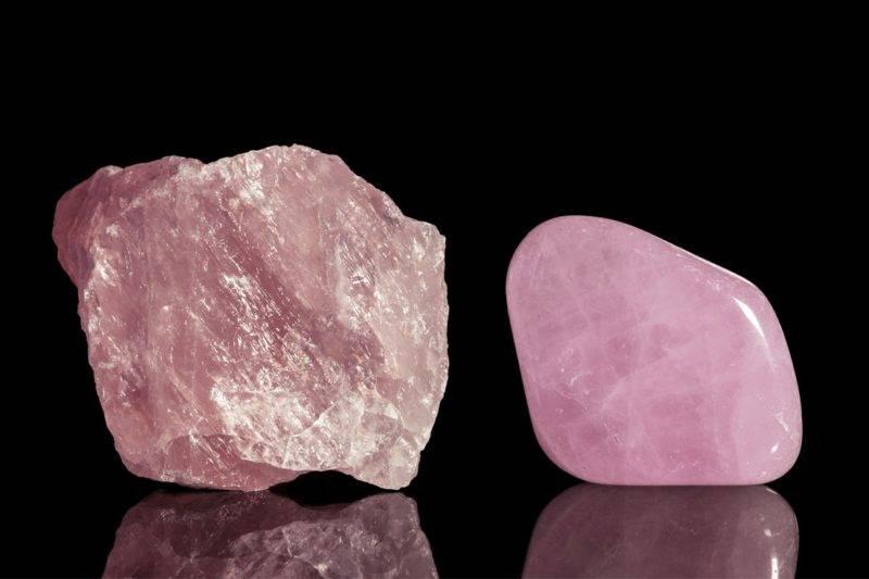 Bloc naturel et pierre polie de quartz rose sur fond noir