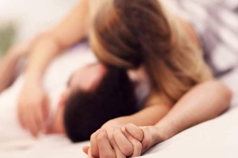 Couple d'amants dans le lit
