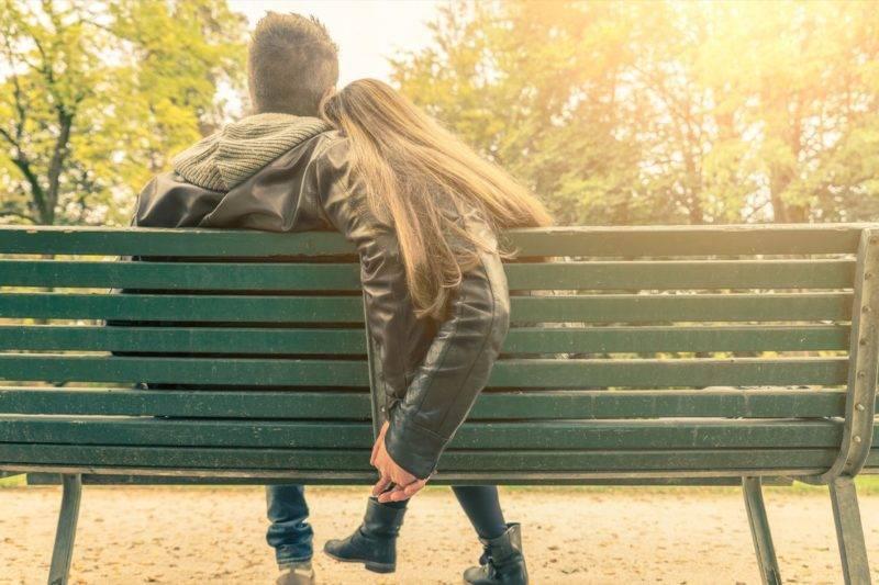 Un couple amoureux sur un banc