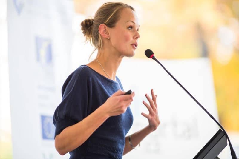 Une femme qui fait un discours