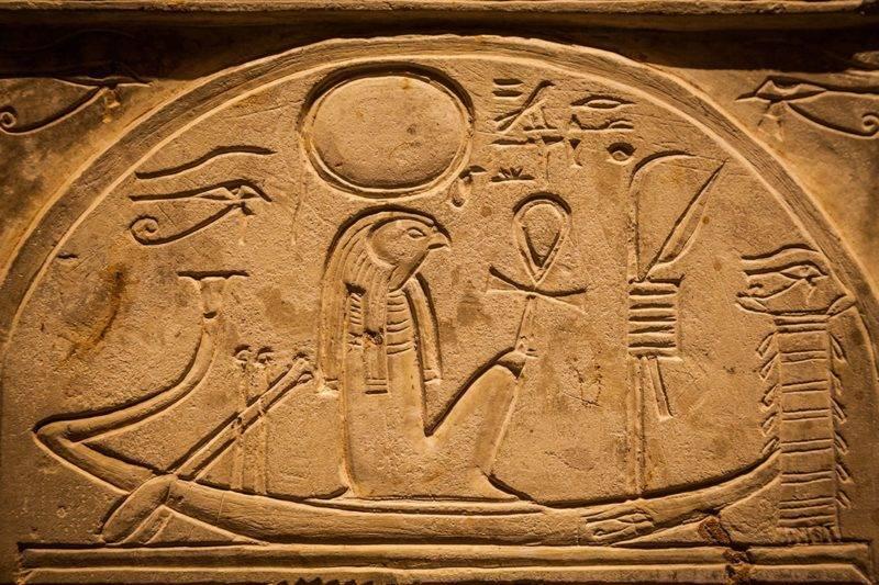 Hiéroglyphes Egyptiens sur une stelle représentant l'Oeil d'Horus