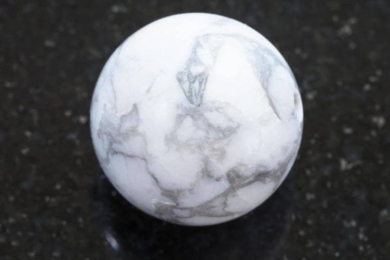 Howlite blanche polie sur fond de granit