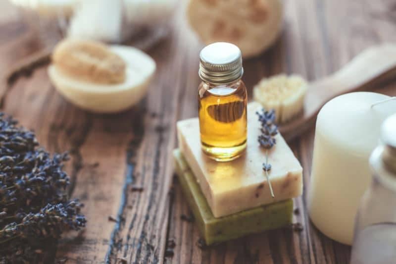 Pot d'huile essentielle posé sur des savons