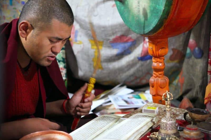Moine tibétain qui chante un mantra