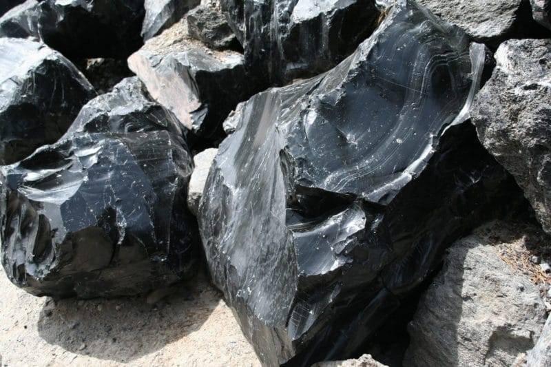 Pierre d'obsidienne dans son environnement naturel