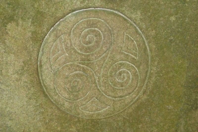 Triskèle, symbole celte gravé dans la pierre dans une abbaye en Irlande