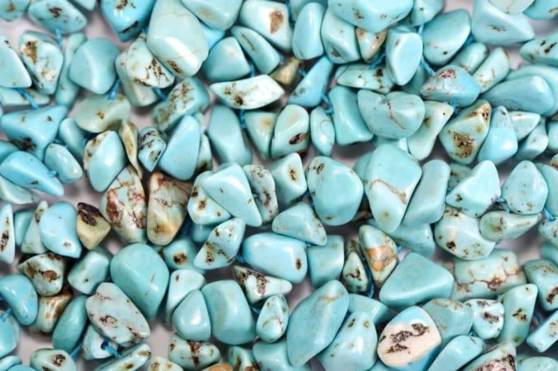 Plusieurs pierres polies de turquoise en vrac