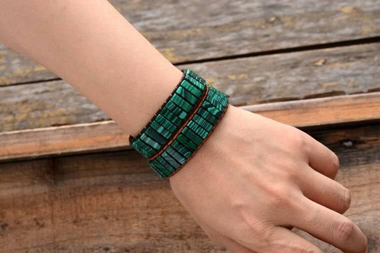Photo de deux Bracelets Revitalisants en Malachite sur un bras
