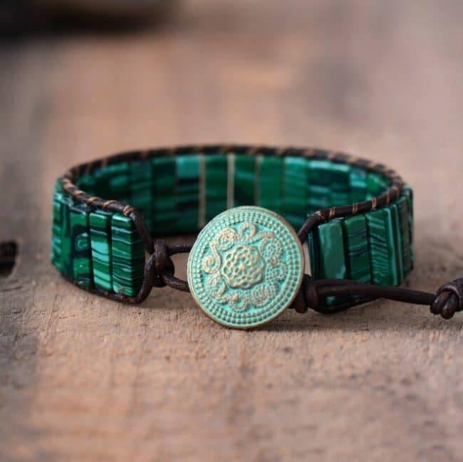 Bracelet Revitalisant en Malachite avec une fil marron vu de dessous