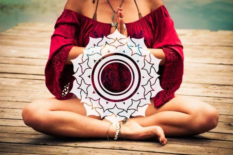 Le signe namaste avec le symbole du 7ème chakra