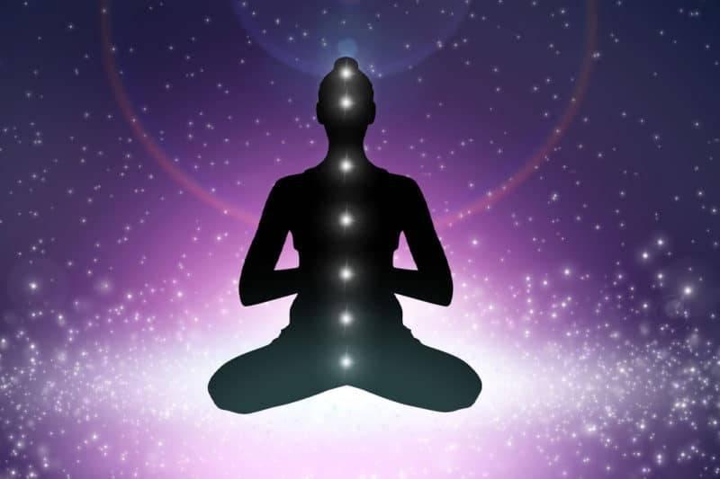 Personne qui équilibre ses chakras