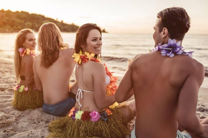 Groupe de jeune sur la plage de Hawaii