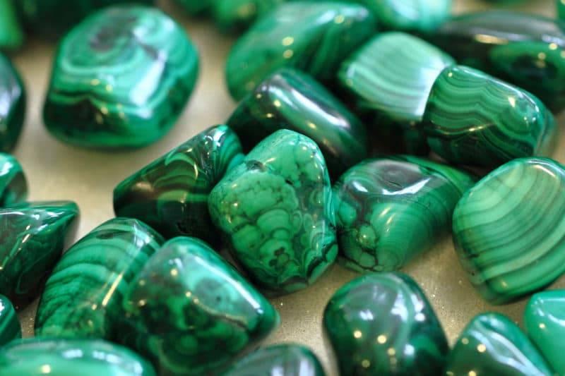 Nombreuses pierres polies de malachite