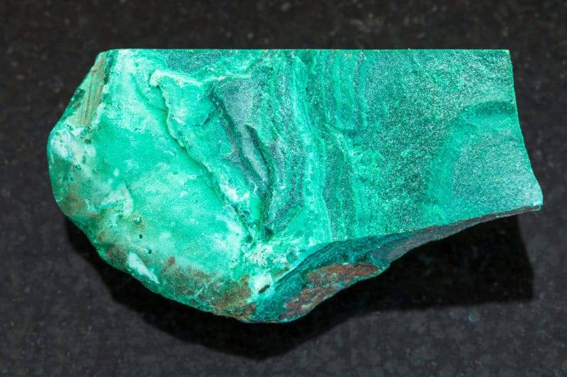 Pierre polie sur fond de granit